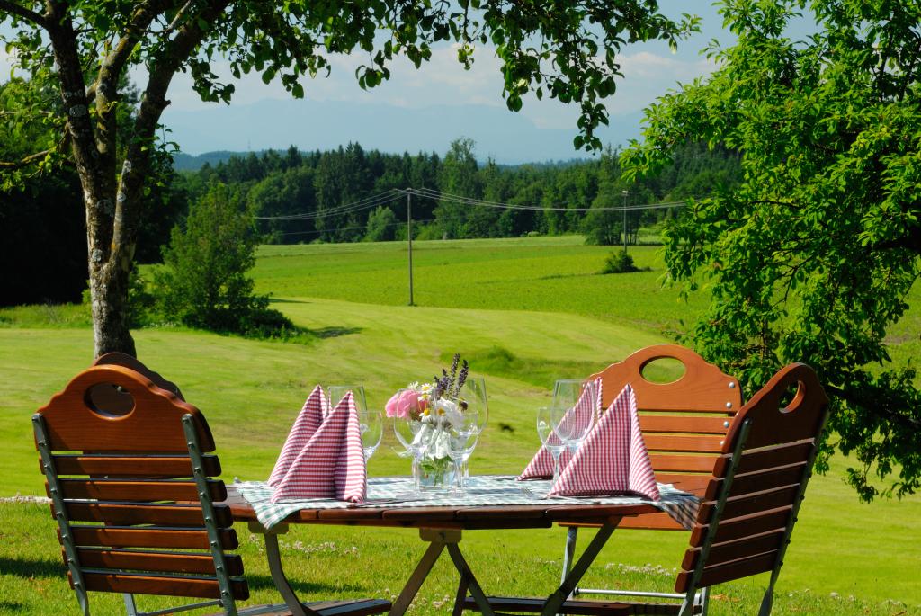 Hochzeit feiern auf der Kugler Alm in Ebersberg heißt Hochzeit feiern in einem romantisch, natürlichen Kleinod mit Blick auf Wiesen und Berge