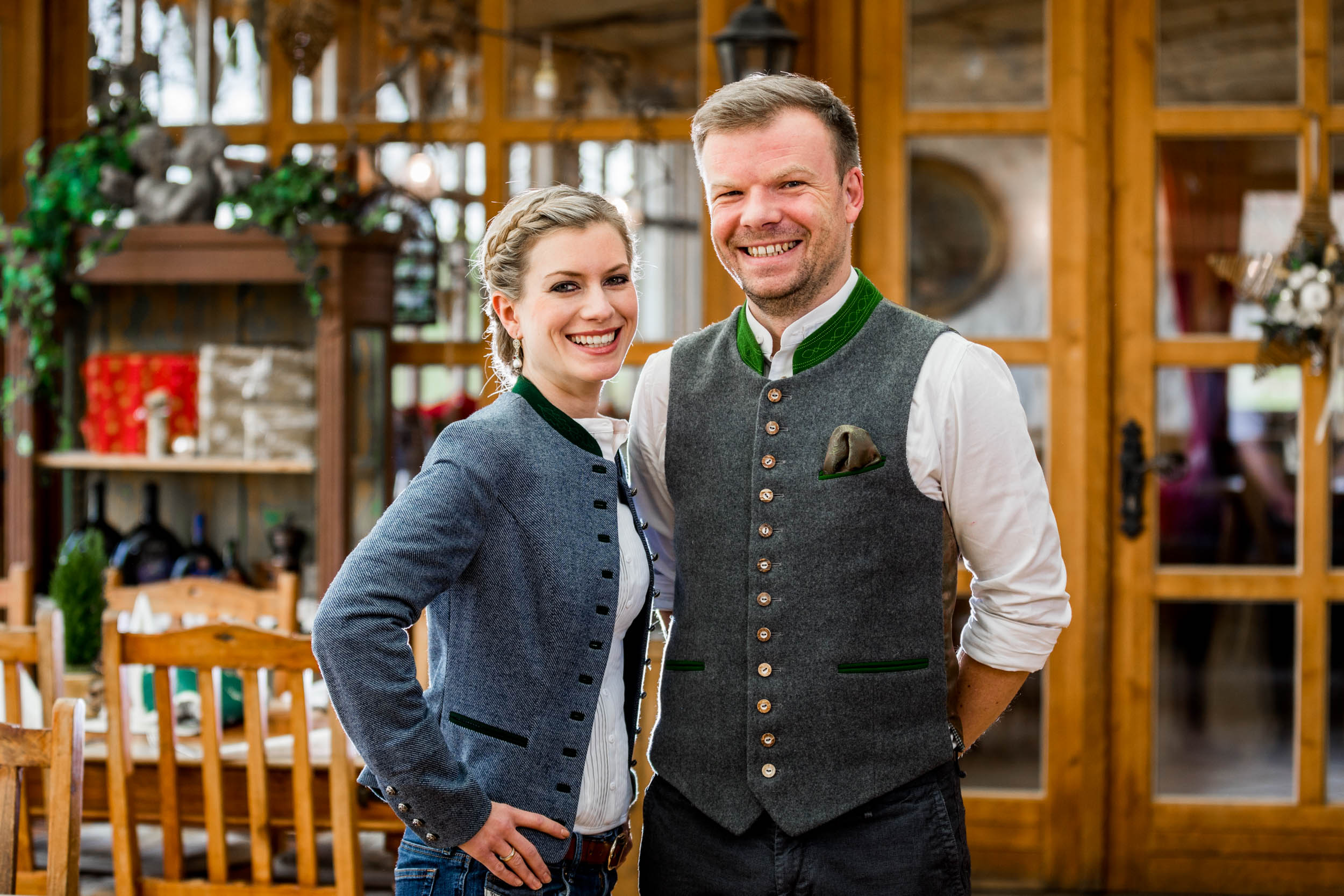 Auf ein entspanntes Wiedersehen nach den Betriebsferien vom Restaurant Kugler Alm Ebersberg freuen sich Ihre Gastgeber Barbara und Korbinian Kugler mit Team
