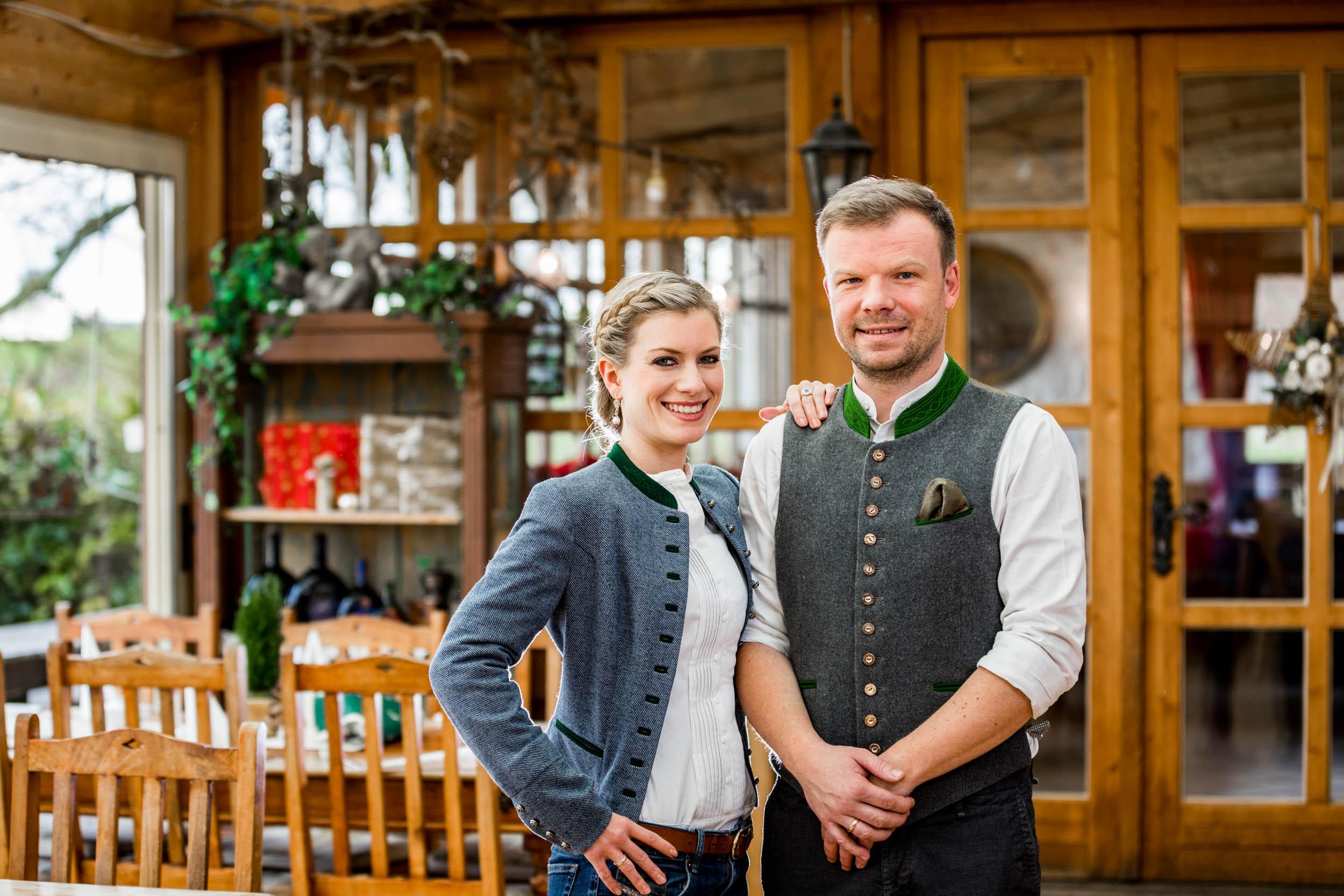 Barbara und Korbinian Kugler mit Team erwarten Sie zu einem zünftigen bayrischen Abend auf ihrem Landgut Kugler Alm Ebersberg