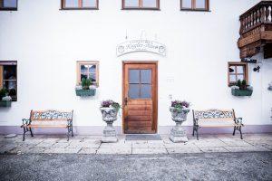 Eingang zum Landgut Kugler Alm, der Location für einen gelungenen Event in Ebersberg