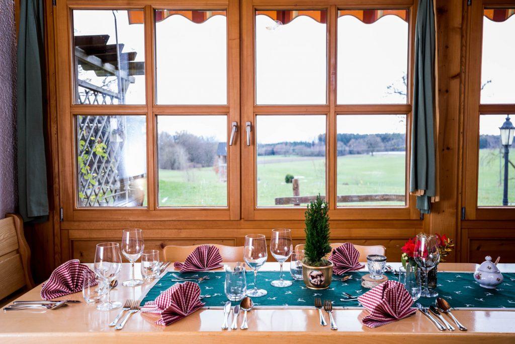 Wir von der Ebersberger Kugler Alm unterstreichen unser rustikales Ambiente stets mit der passenden Tischdeko