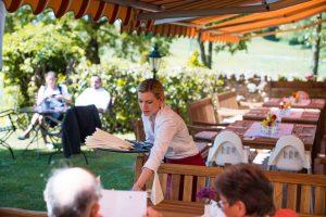 Barbara Kugler beim Eindecken der Tische