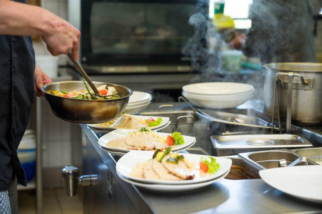 Ein Klassiker der Küche Kugler Alm Ebersberg: Kalbsrahmbraten mit einer Weißweinjus und Butterspätzle