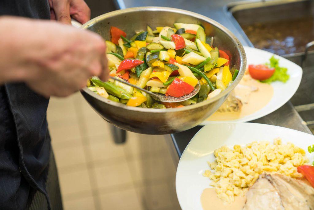 Für welche Schnittechnik man sich bei Gemüse entscheidet, hängt von der Verwendung des Gemüses im Gericht ab