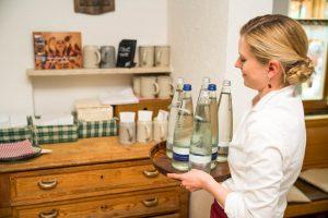 Wie für einen Familienbetrieb typisch, packt auch die Geschäftsführerin Barbara Kugler im Service vom Restaurant Kugleralm tatkräftig mit an