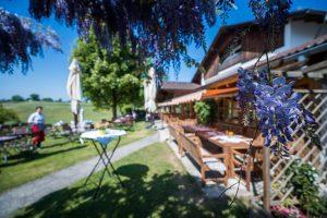 Biergarten und Terrasse der Kugler Alm Ebersberg