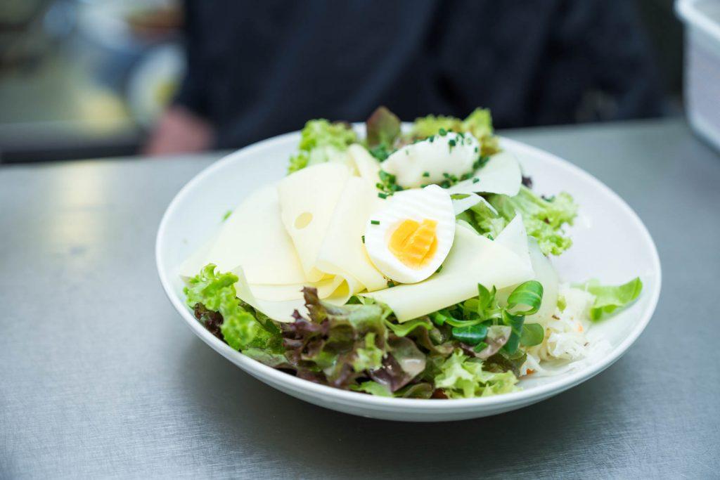 Auch das Zubereiten von Salaten gehört zu den Aufgaben eines Gardemanger
