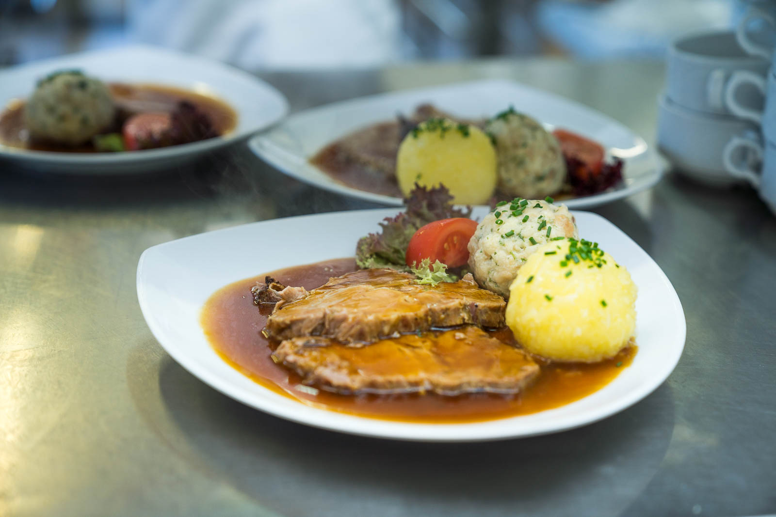 Auch die selbstgemachten Knödel vom Restaurant Kugler Alm Ebersberg werden pochiert
