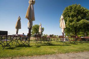 Große Sonnenschirme garantieren auch bei heißem Sommerwetter immer einen schattigen Platz im gemütlichen Biergarten der Kugler Alm Ebersberg