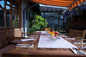 Auch im Biergarten mit Blick auf die Alpen werden alle Tische der Kugleralm liebevoll dekoriert