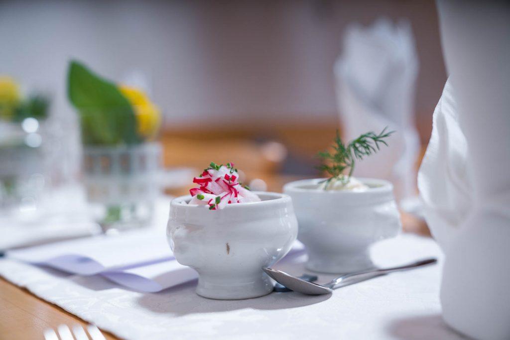 Eine bayrische Variante von Hors d'oeuvre ist der Rettich und Kräuterfrischkäse Aufstrich auf selbst gebackenem Baguette vom Landgut Kugleralm in Ebersberg