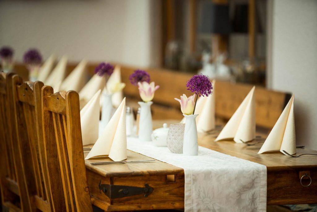 Unaufdringlich aber edel ist diese Tischdeko zu Ehren einer Geburtstagsfeier im Restaurant Kugler Alm