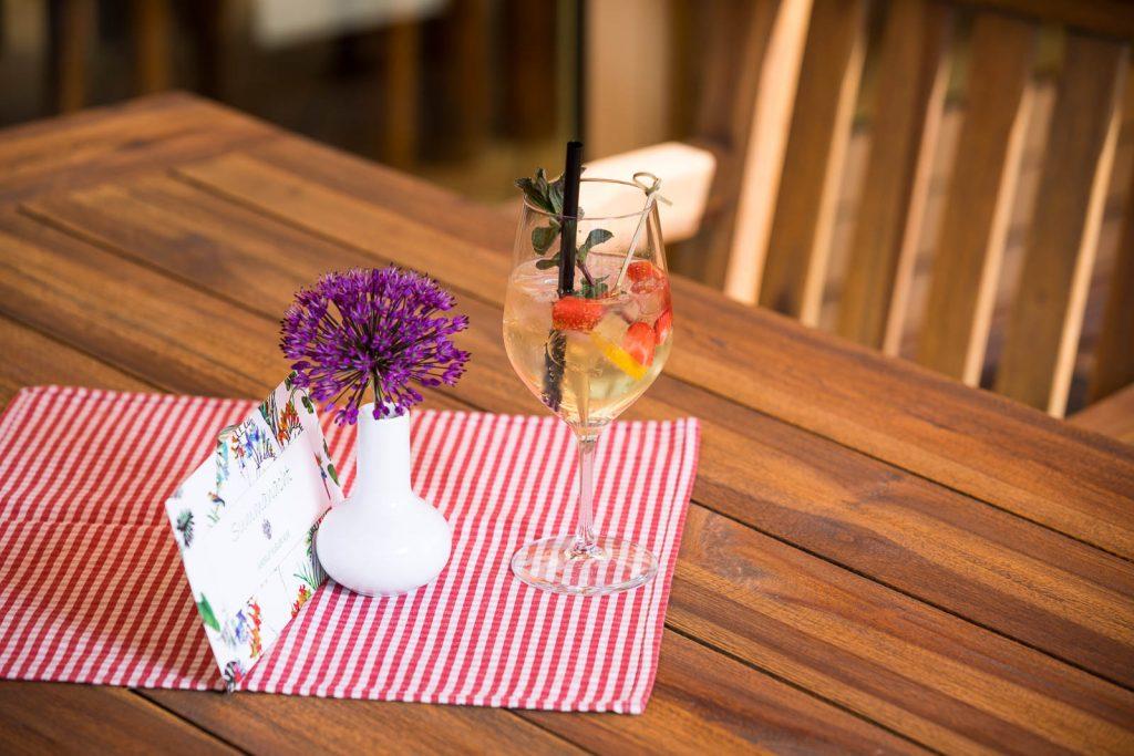 Die Sommerschorle vom Restaurant Kugler Alm in Ebersberg mit Rivaner Schaumwein, Holunder, Wasser, frischer Minze und Erdbeeren