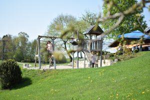 Spielareal im Landgut Kugler Alm mit Sandkasten ,Schaukel Kletterseil und viel Raum spielen Spielareal im Landgut Kugler Alm mit sandkasten, Schaukel, Kletterseil und viel Raum zum spielen südöstlich von München südöstlich von München