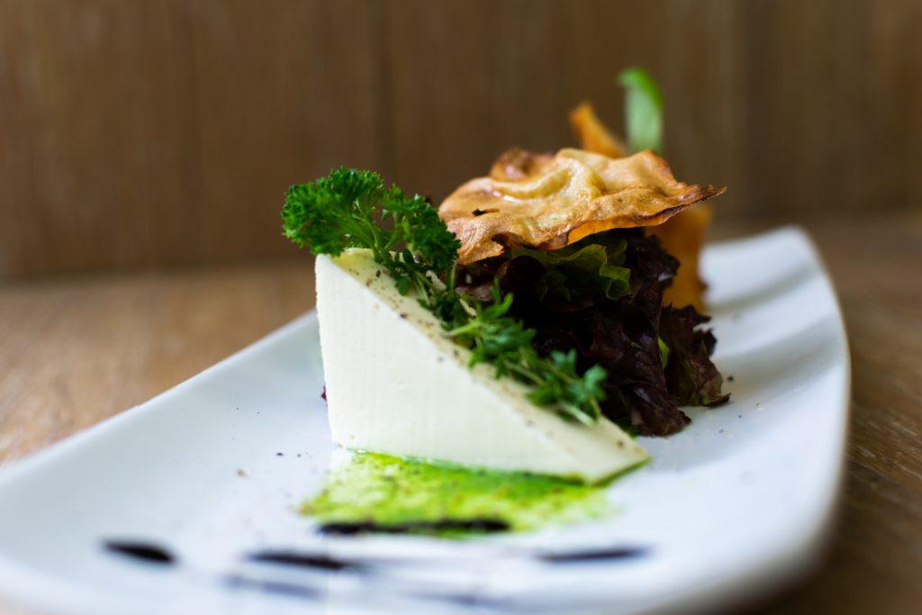 Starten Sie das Essen Ihrer Hochzeit mit einem leichten Mousse aus Parmesan und knusprigem Spargel Cordon bleu