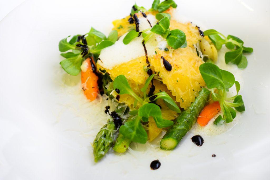 Spargel Ravioli mit gegrilltem grünen Spargel und Frühlingskräuter Salat