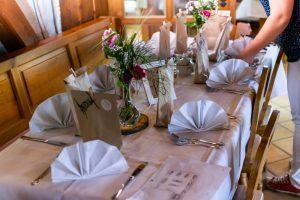 letzter Feinschliff bei der Deko für die Tische der Hochzeit