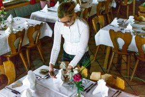 die Stoffservietten werden in der gewünschten Falttechnik auf dem Tisch platziert