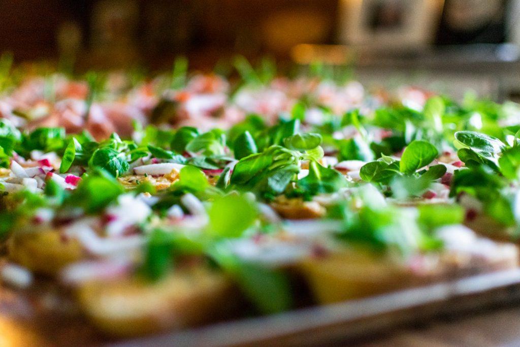 Handgemachte Canapes nach bayrischer Art mit Radieschen, Obatzten und Feldsalat