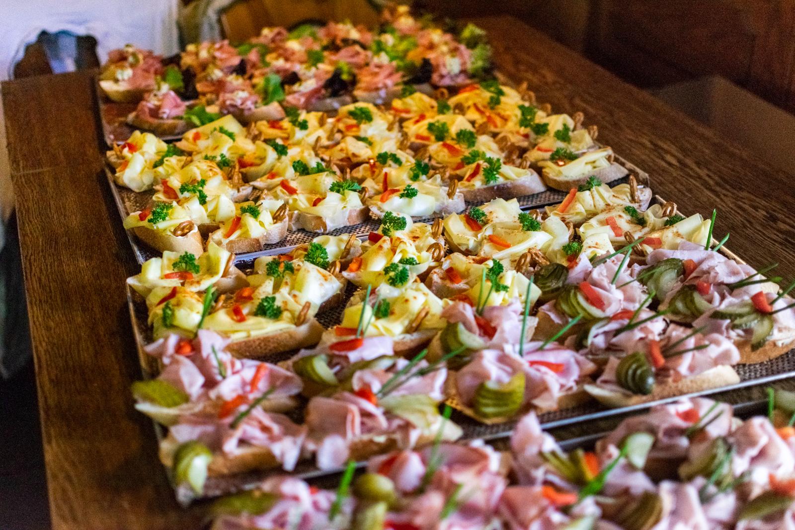 Zweierlei Canapes mit Landkäse und Rosmarinschinken sowie Obatzter mit Radieschen auf selbst gebackenem Baguette
