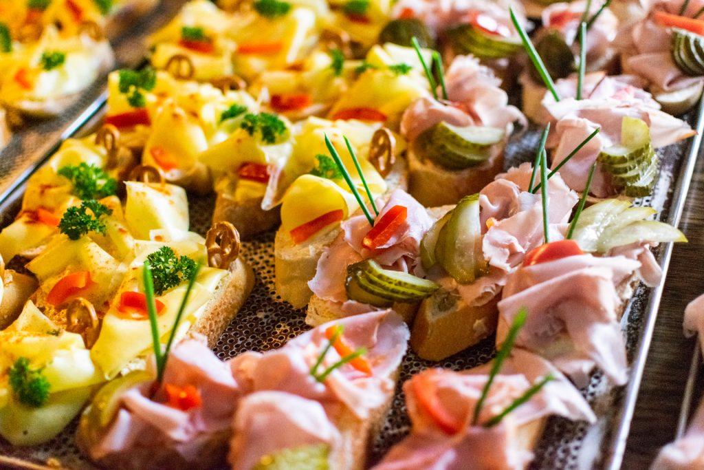 Canapés mit Schinken und Käse sind allseits beliebte Klassiker
