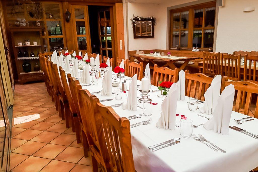 Tischdeko mit aufwendig gefalteten Servietten für eine Hochzeit im Landgut Kugleralm bei München