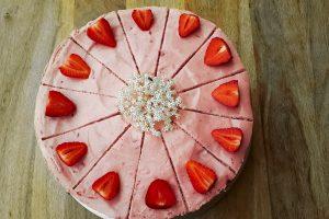 die handgemachte Erdbeer- Holunder- Torte der Kugler Alm