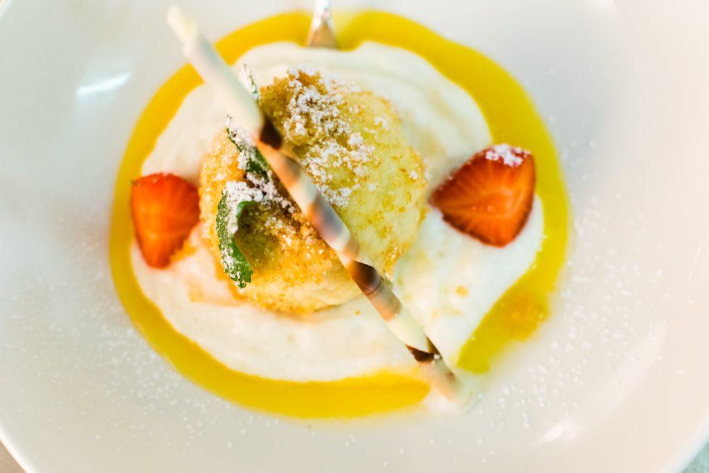 hausgemachter Marillenknödel als süßes Dessert auf der Speisekarte vom Restaurant Kugleralm im Sommer