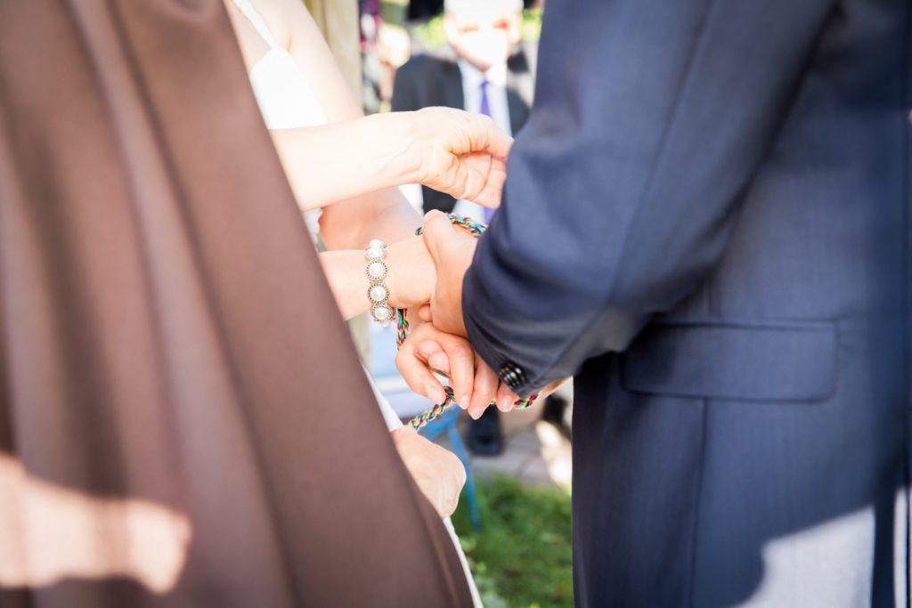 Mit einem selbstgeflochtenen Seil werden Braut und Bräutigam symbolisch für immer miteinander verbunden