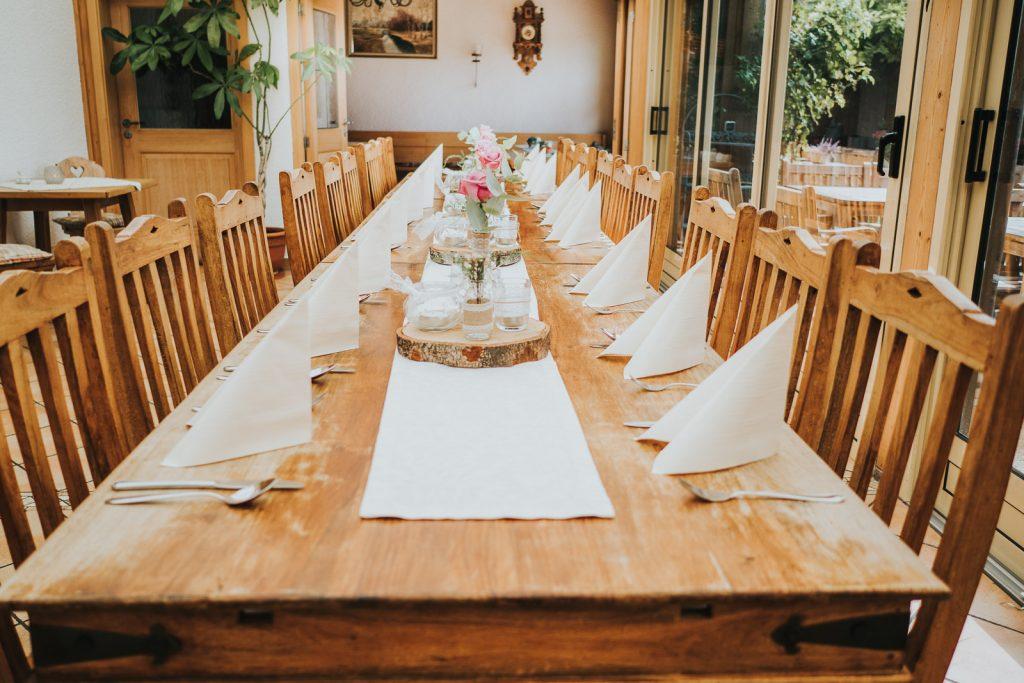 Zauberhafte DIY Tischdeko bei einer Hochzeit in unserem Landgut Kugler Alm Ebersberg