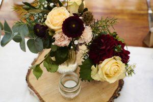 Tischdeko im Restaurant Kugleralm aus Blumen in Hersbtfarben