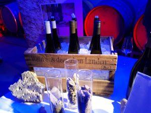 Weine vom Weingut Bosch, ausgestellt im Weinkeller vom Weingut Heitlinger