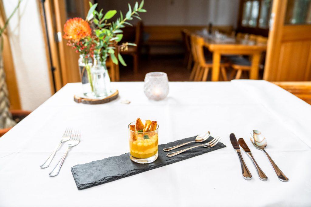 Als raffiniertes Dessert überzeugt die Küche der Kugler Alm Ebersberg u.a. mit einem saftige Urkarotten - Soufflé an Karotten - Sorbet mit erfrischender Zitronencreme