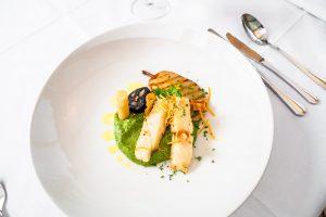 Kabeljau, confiert in beurre noisette, mit Blutwurst, Petersilienwurzel und Birne als Hauptgericht im Restaurant Kugler Alm in Ebersberg
