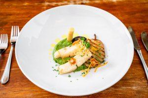 Fisch, wie z.B. dieser Kabeljau mit Blutwurst und Birne aus der Küche der Kugleralm, eignet sich hervorragend zum mijotieren