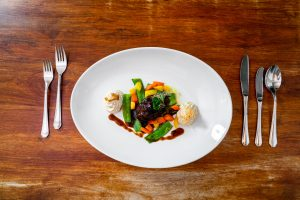 18 Stunden im Sous Vide geschmorte Ochsenbacke auf herbstlichen Gemüse, Selleriepüree und Rotweinjus