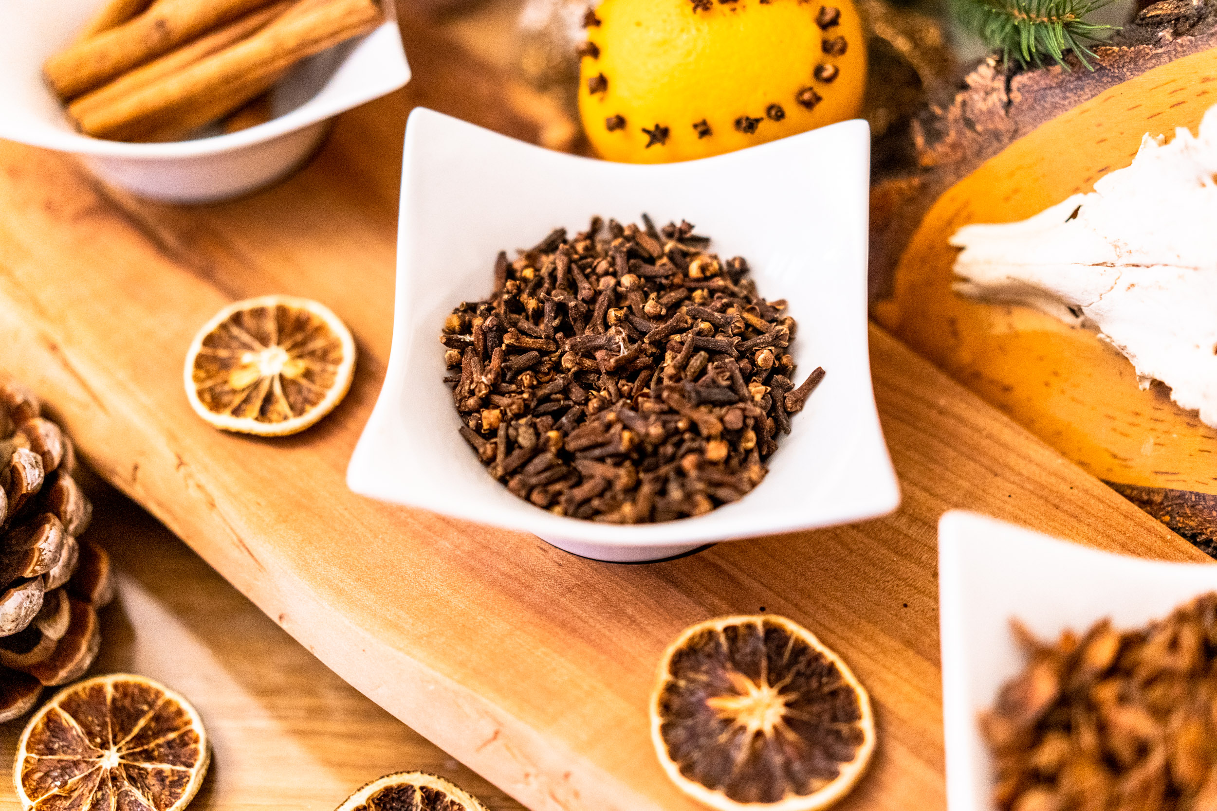 Nelken eignen sich hervorragend zum Spicken von Orangen als Deko aber verleihen auch winterlichen Speisen und Getränken eine würzige Note