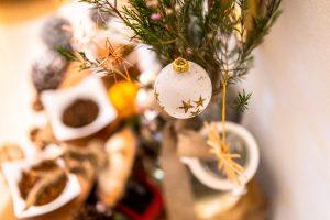 Das weihnachtlich geschmückte Landgut Kugler Alm in Ebersberg freut sich auch an Weihnachten 2019 auf Ihren Besuch
