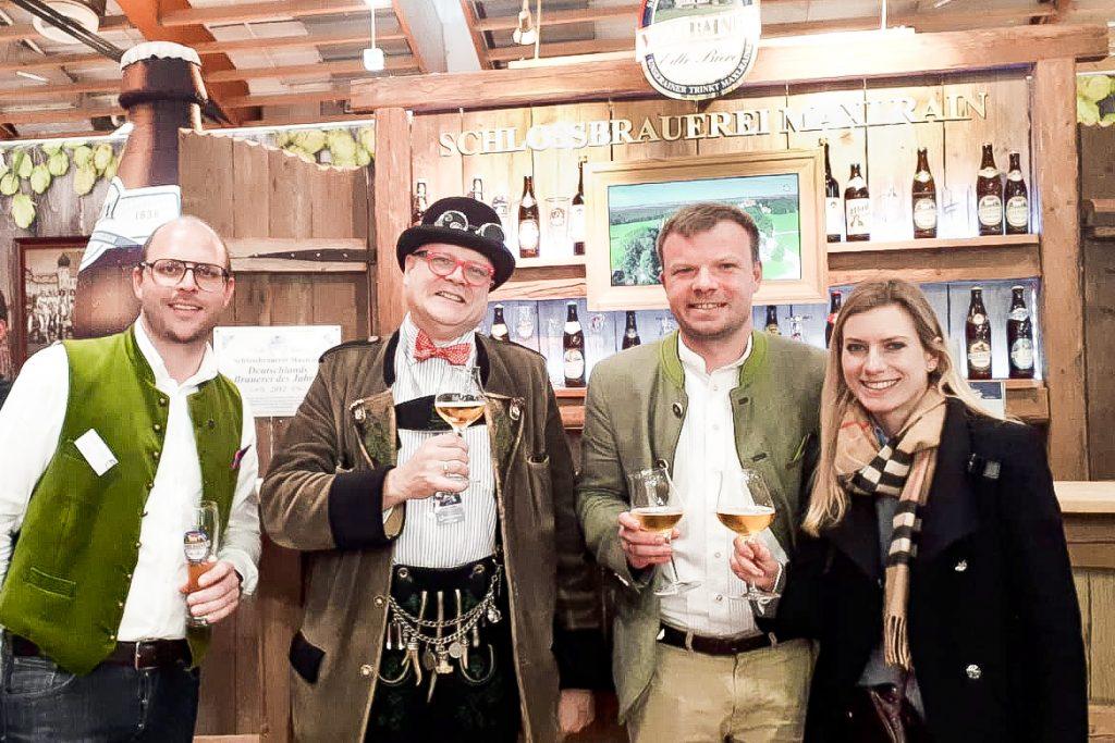 """Bei der """" Alles für den Gast """" Messe Salzburg gab sich am Stand der Schlossbrauerei Maxlrain der österreichische Bierpapst Conrad Seidl ( zweiter von links ) die Ehre"""
