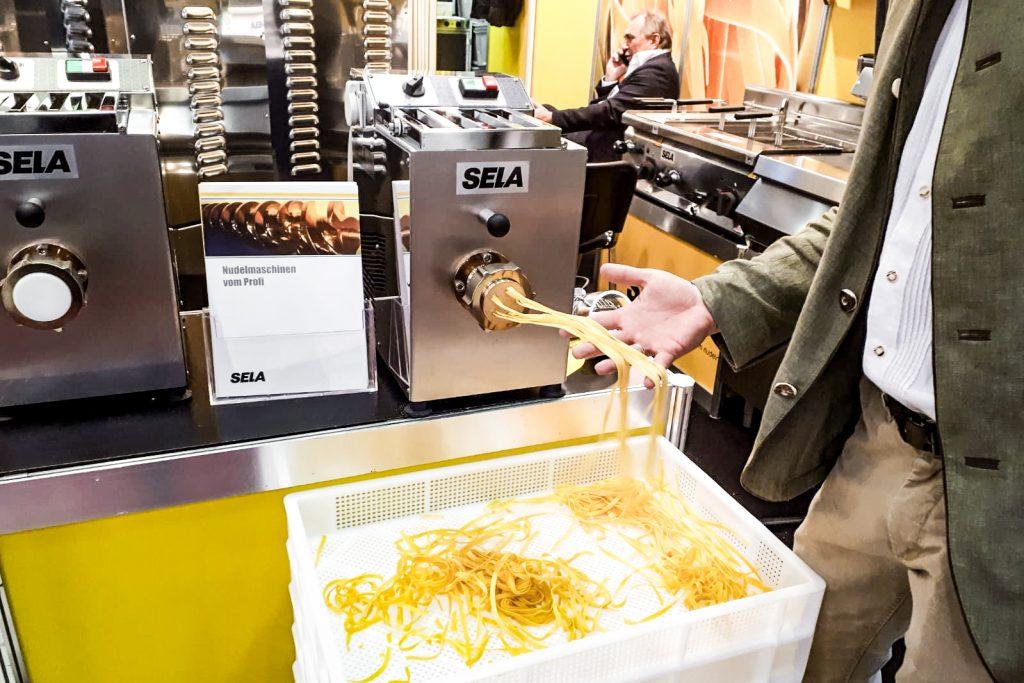 Auch auf der Kugleralm in Ebersberg kommen Sie in den Genuss selbst gemachter Nudeln aus einer Nudelmaschine der Firma Sela