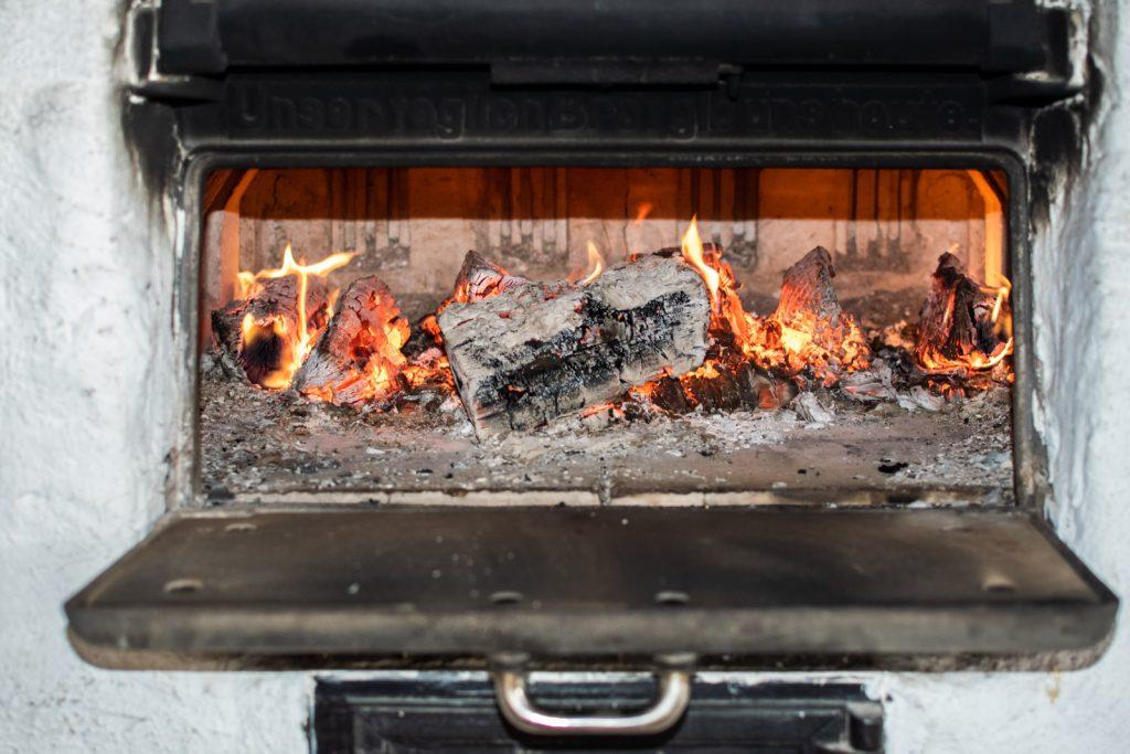 Der Holzsteinofen vom Landgut Kugleralm sorgt dafür, dass der Flammkuchenteig schön knusprig wird
