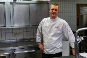 Koch Hans ist eine feste Größe in der Küche vom Restuarant Kugleralm in Ebersberg