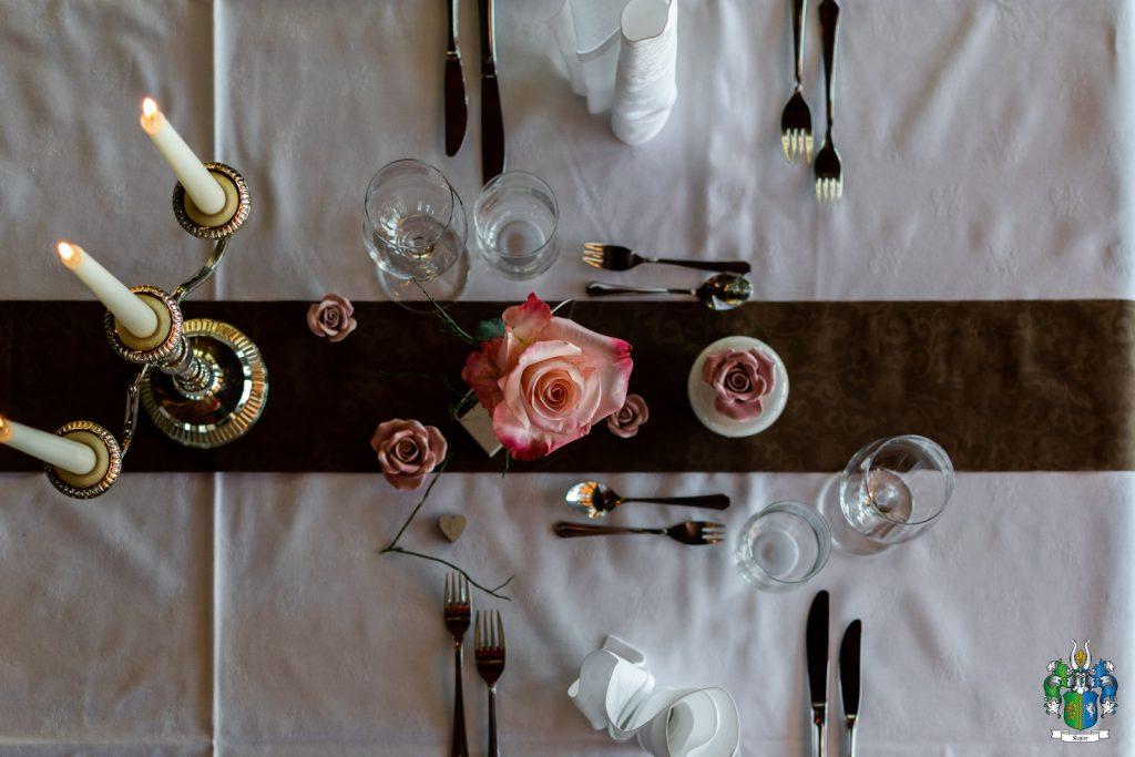 Rpmantisches Essen auf der Kugleralm Ebersberg am liebevoll gedeckten Tisch mit Rosen und Kerzen