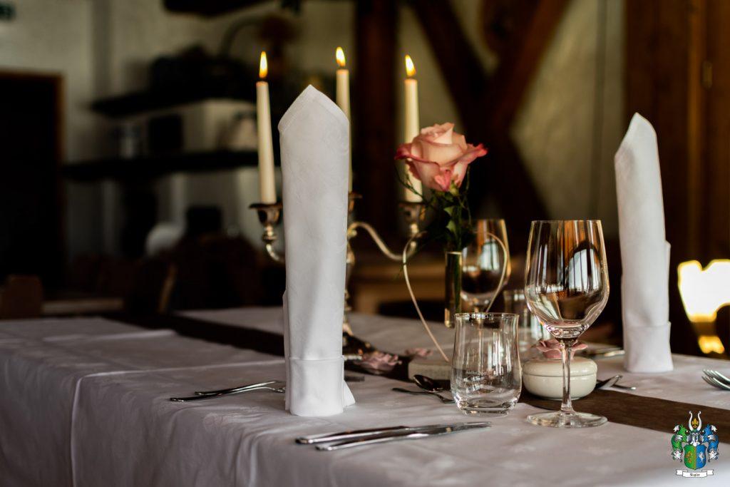 Für die Romantik bei unserem Candle Light Dinner sorgt natürlich auch die passende Tischdeko mit Rosen und Kerzen