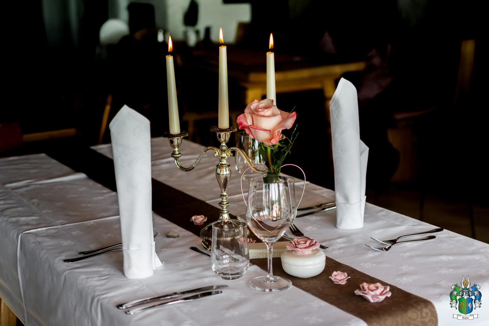 Die Kugleralm als Ihr romantisches Restaurant im Osten von München erwartet Sie zum Candle light Dinner mit einem 4 - Gänge - Menü und einer Flasche Rot - oder Weißwein zur Auswahl