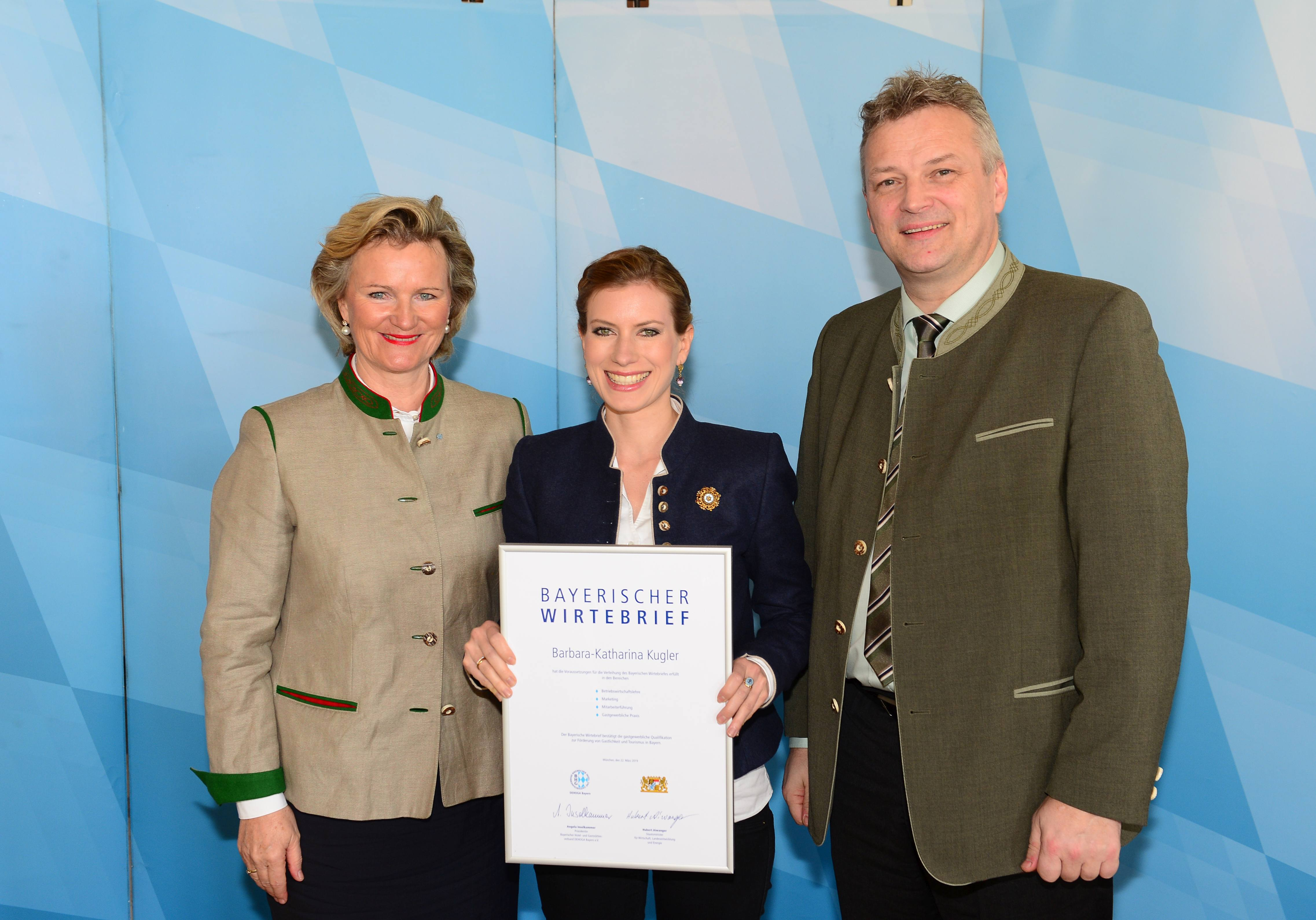 Barbara Kugler bei der Verleihung der Urkunde vom Bayrischen Wirtebrief