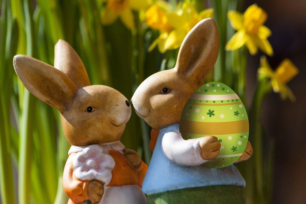 An Ostern 2019 versteckt der Osterhase auf der Kugler Alm Ebersberg wieder viele bunte Ostereier für alle kleinen Gäste