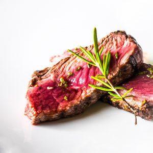 Ein Steak medium rare gebraten