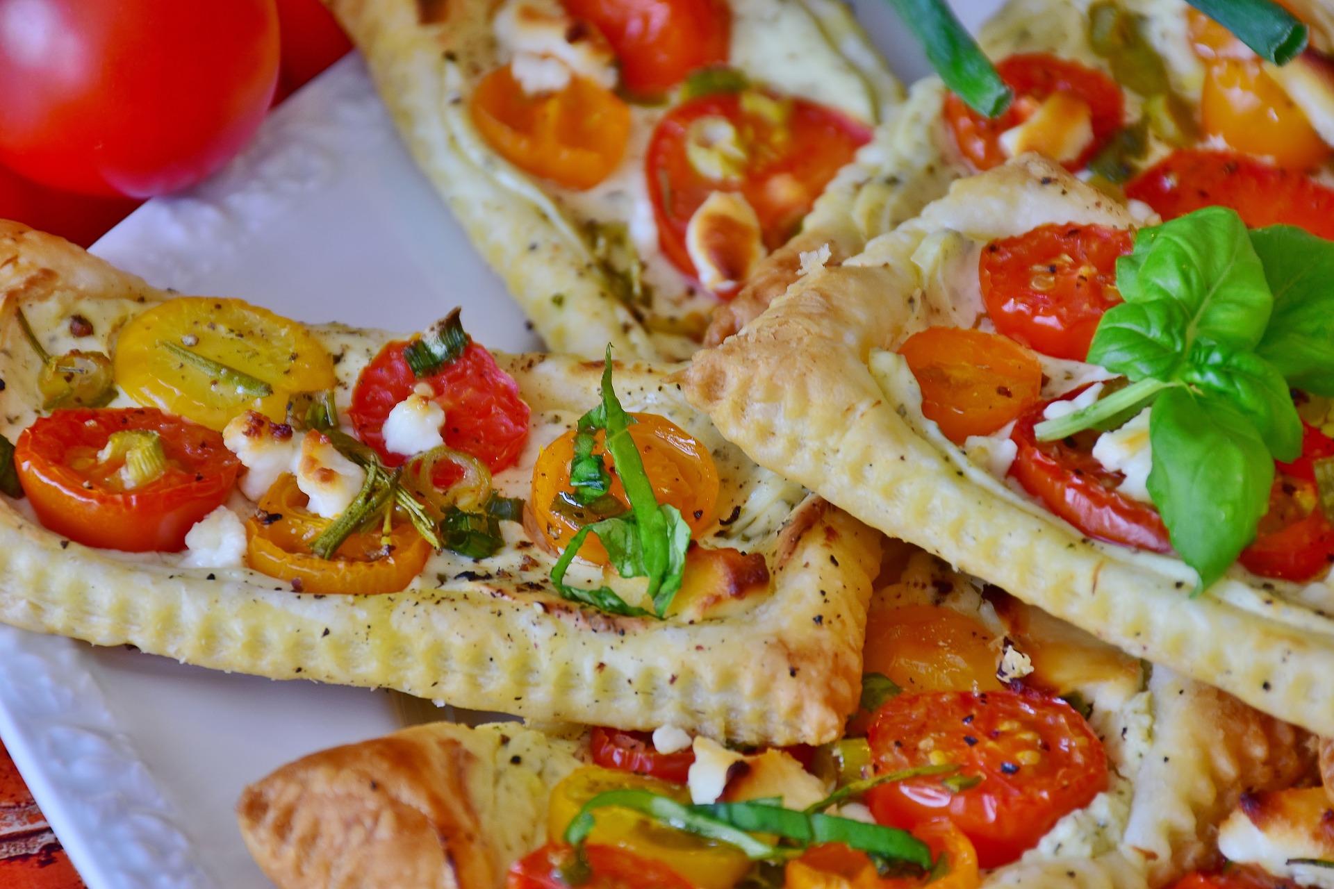 Blätterteig Teilchen mit Tomate, Schafskäse und Basilikumpaste