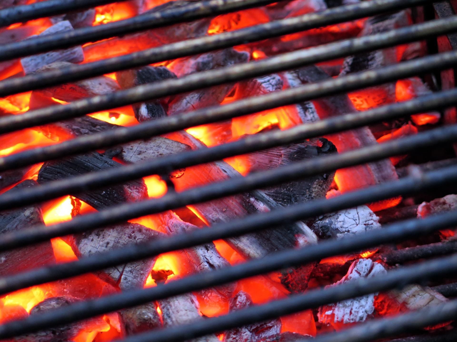 Die Holzkohle wird beim indirekten Grillen im Kugelgrill unterschiedlich verteilt